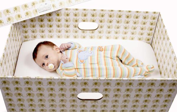 em bé ngủ trong hộp giấy ở Phần Lan