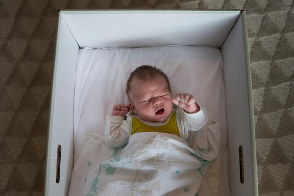 em bé được nằm trong hộp giấy